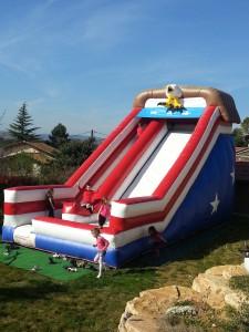 Structure gonflable de jeu en plein air : toboggan pour les enfants